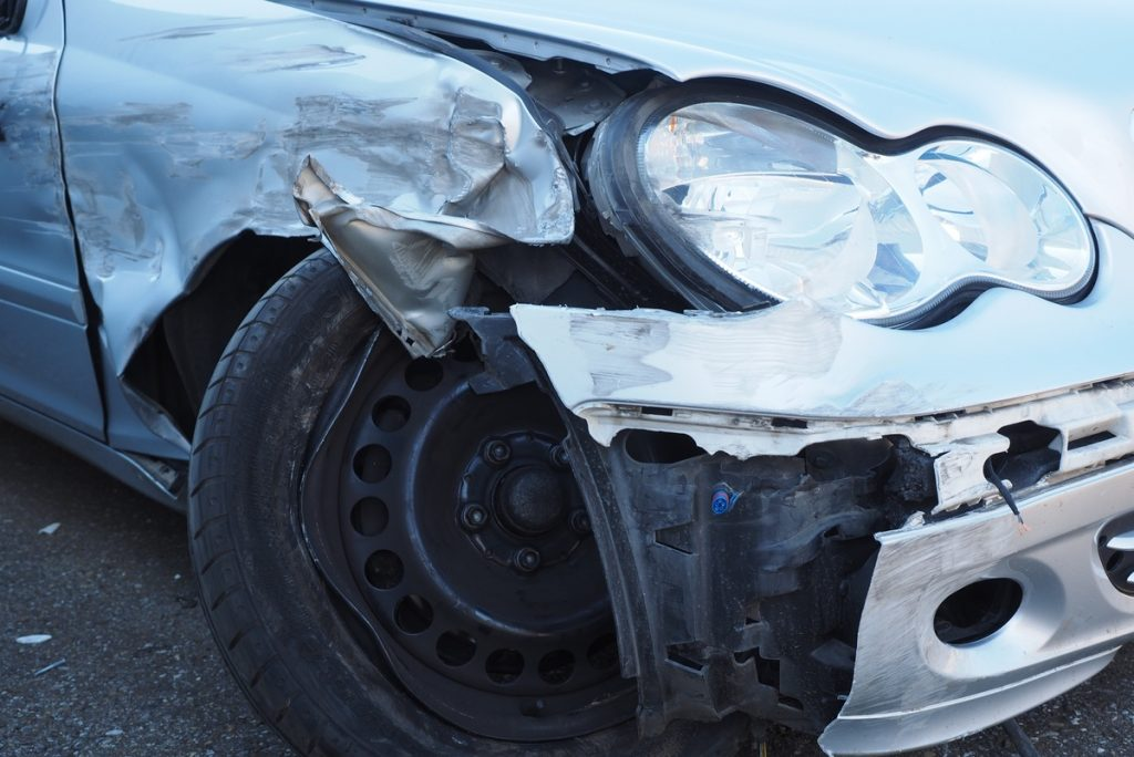havarovaný Mercedes-Benz